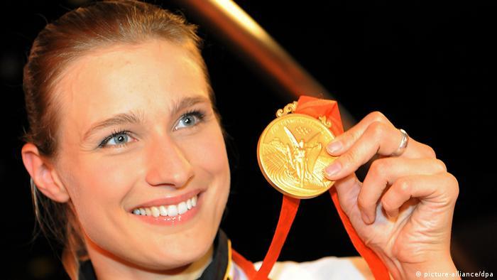 Die Degen-Fechterin Britta Heidemann freut sich am Mittwoch (13.08.2008) im Deutschen Haus in Peking, China, über die gewonnene Goldmedaille. Foto: Sascha Baumann dpa +++(c) dpa - Bildfunk+++