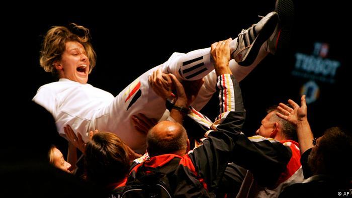 Britta Heidemann wird von ihren Teamkollegen in die Luft geworfen. (Foto: AP Photo/Dmitry Lovetsky)