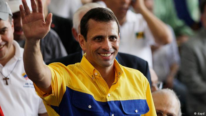 Opposition presidential candidate Henrique Capriles waves during a ceremony to register his candidacy for the presidency in Caracas, Venezuela, Sunday, June 10, 2012. Capriles will face Venezuela's President Hugo Chavez in the presidential elections scheduled for Oct. 7. (Foto:Ariana Cubillos/AP/dapd)