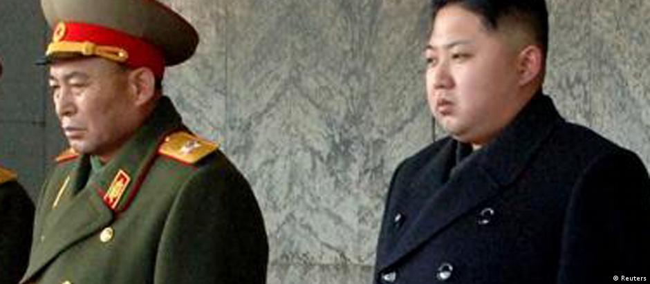 Kim Yong-nam (e) ao lado do líder norte-coreano, Kim Jong-un