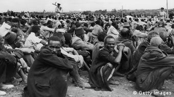 Some of the 6,000 Africans rounded up in Kairobangi, Nairobi, by police searching for Mau Mau suspects, 27th April 1953. (Photo by Keystone/Hulton Archive/Getty Images)Von: Keystone