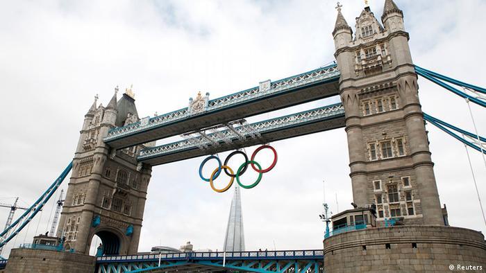 Олимпийские кольца, прикрепленные к одному из мостов в Лондоне