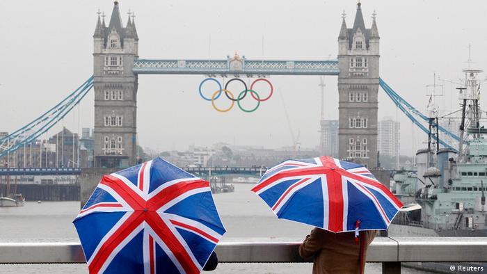Großbritannien Symbolbild Olympische Spiele in London Tower Bridge und Ringe Regenschirm