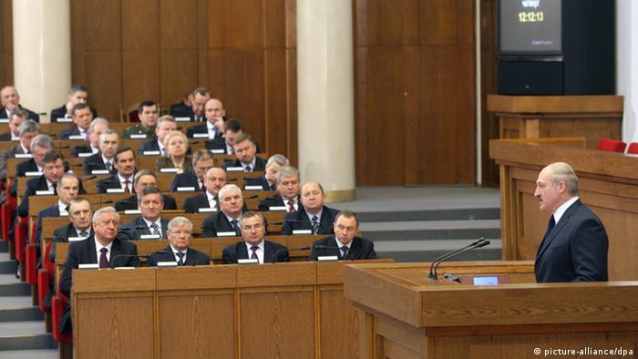 Президент Лукащенко выступает перед депутатами белорусского парламента