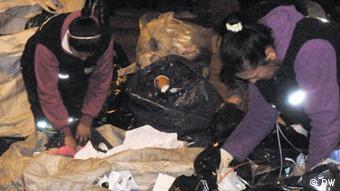 Cartoneros sort through trash (photo: Eilís O'Neill)