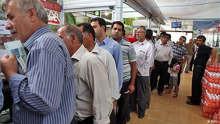 Iraner stehen für Hühnerfleisch an (Foto: Mehr)
