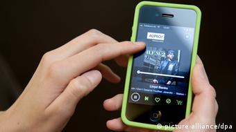 Smartphone Foto: Robert Schlesinger dpa (zu dpa: Musik aus dem Internet: Die Branche sortiert sich neu vom 24.02.2012)