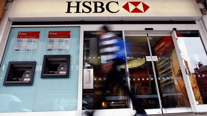 A pedestrian passes a branch of HSBC bank in London (Photo: Kirsty Wigglesworth/AP/dapd)