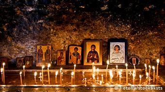 Βάσει του Ελληνικού Συντάγματος επικρατούσα θρησκεία είναι η ορθόδοξη πίστη. Το Σύνταγμα ωστόσο προστατεύει την ελεύθερη άσκηση λατρευτικών καθηκόντων άλλων θρησκειών.