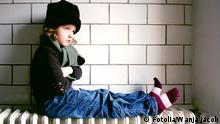 Deutschland Kalte Tage Kind auf der Heizung