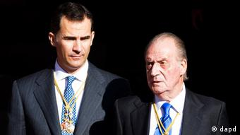 Spain's King Juan Carlos, right, and Crown Prince Felipe, left, wait for their cars after the official opening of Parliament, in Madrid, Tuesday, Dec. 27, 2011. (Foto:Daniel Ochoa de Olza/AP/dapd)