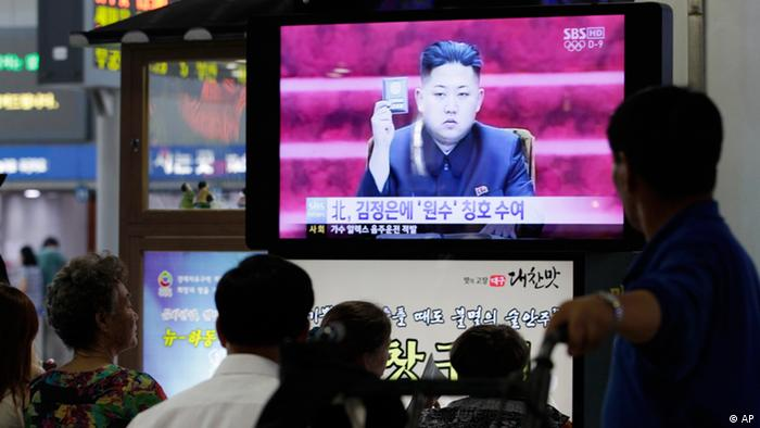 South Koreans watch a TV reporting on North Korean leader Kim Jong Un, at a railway station in Seoul, South Korea, Wednesday, July 18, 2012. North Korean leader Kim Jong Un has been granted the title of marshal, state media reported Wednesday, cementing his status as the authoritarian nation's top military official as he makes key changes to the million-man force. The headline reads North Korea says its leader Kim was given marshal title, (Foto:Ahn Young-joon/AP/dapd)