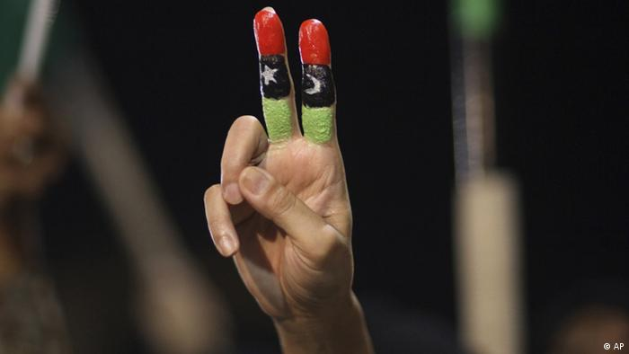 Libyen Siegesfeier Victory Zeichen Hand Flagge (AP)