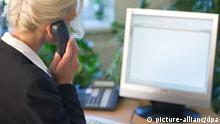 ILLUSTRATION - Eine Geschäftsfrau telefoniert, während sie am Computer arbeitet, aufgenommen am 01.09.2009 in Frankfurt (Oder). Auf den 68 Vorstandspositionen der zehn umsatzstärksten Unternehmen in Deutschland saß 2008 nur eine einzige Frau. In Schule, Ausbildung und Studium sind Frauen längst an der Spitze - nur im Job bleiben sie hängen an der «gläsernen Decke» zwischen mittlerem Management und Top-Job. Foto: Patrick Pleul (zu dpa-Serie Frauen in der Wirtschaft vom 02.09.2009) +++(c) dpa - Report+++