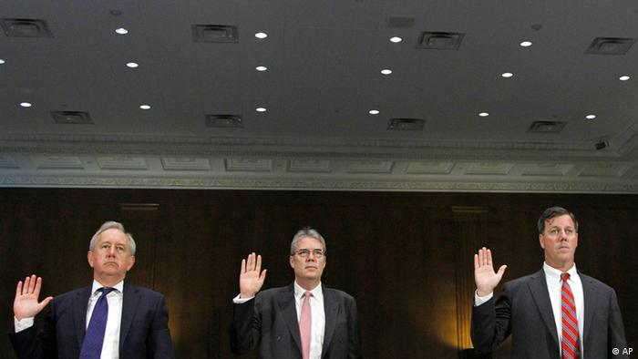 From left, David Bagley, Head of Group Compliance of HSBC Holdings plc, Paul Thurston, chief executive of Retail Banking and Wealth Management HSBC Holdings plc, Michael Gallagher, former executive Vice President and head of PCM North America HSBC Bank USA, N.A., and Christopher Lok, former head of Global Banknotes for HSBC Bank USA, N.A., are sworn in prior to testifying before the permanent Subcommittee on Investigations hearing, U.S. Vulnerabilities to Money Laundering, Drugs, and Terrorist Financing: HSBC Case History, Tuesday, July 17, 2012, on Capitol Hill in Washington. (Foto:Haraz N. Ghanbari/AP/dapd)