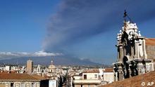 Catania auf Sizilien und rauchender Ätna