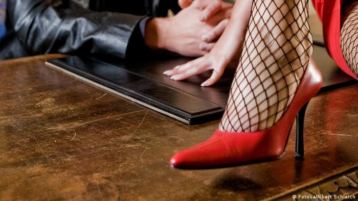 Rote Schuhe Verführung Erotik Liebe Symbolbild