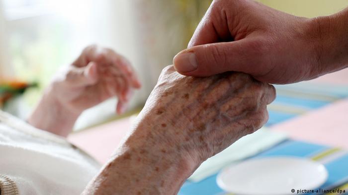Два человека держатся за руки