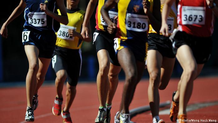 Sprinter beim Lauf - halbtotale mit Fokus auf die Beine (Foto: Wong Hock Weng)