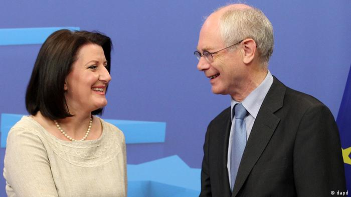 European Council President Herman Van Rompuy, right, welcomes Atifete Jahjaga, President of Kosovo, at the European Council building in Brussels, Wednesday, July 18, 2012. (Foto:Yves Logghe/AP/dapd)