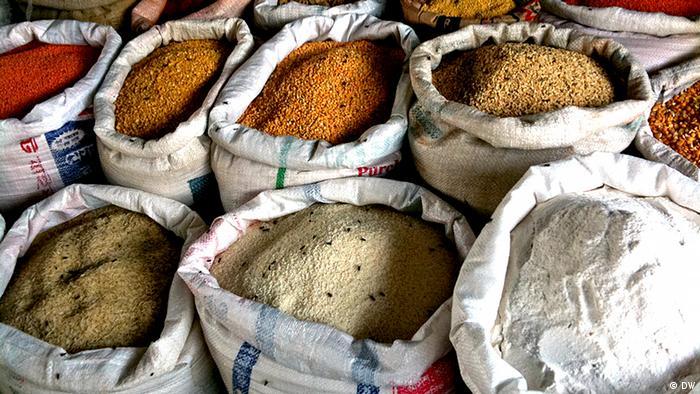 Lebensmittel wie Linsen und Reis in Säcken auf einem Markt in Bangladesch