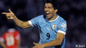 Uruguay's Luis Suarez celebrates his third goal against Chile during a 2014 World Cup qualifying soccer game in Montevideo, Uruguay, Friday, Nov. 11, 2011. (Foto:Matilde Campodonico/AP/dapd)