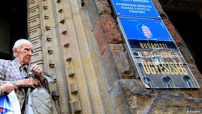 Laszlo Csatary leaves a building in Budapest (Photo: Laszlo Balogh)