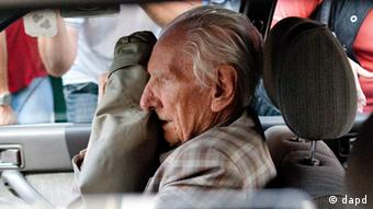 Alleged Hungarian war criminal Laszlo Csatary sits in a car as he leaves the Budapest Prosecutor's Office after he was questioned by detectives on charges of war crimes during WWII and prosecutors ordered his house arrest in Budapest, Hungary, Wednesday, July 18, 2012. Csatary is accused of being a war criminal by the Jerusalem affiliate of the Vienna based Simon Wiesenthal Centre. The centre says Csatary as a senior officer of the Hungarian gendarmerie of the then Hungarian town of Kassa, today Kosice, Slovakia, is responsible for the murdering of 15,700 Jewish Hungarians by organising their deportations to the Nazi death camp of Auschwitz in 1944. According to the prosecutor's office Csatary denied the charges. (Foto:MTI, Bea Kallos/AP/dapd)