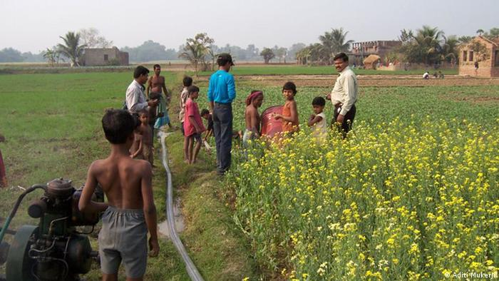 Thema Wasserknappheit und Umgang mit Wasser in der Landwirtschaft - weltweit. Bilder von der Internetsite des International Water Management Institutes IWMI. http://www.iwmi.cgiar.org/OutOfWater/ Rechteeinräumung liegt vor (Colin Chartres vom IWMI). Zulieferer: Ana Lehmann Farmer in West Bengal, India, pump groundwater to water their crops. The rise of groundwater irrigation in South Asia has put control of water in the hands of farmers and helped many improve their income and livelihoods. However the downside is overexploitation of the resource resulting in a rapid decline of water tables. Photo credit : Aditi Mukerji