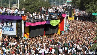 Ähnlich einer Loveparade begleiten jubelnde Menschen einen bunt geschmückten Wagen. (Foto: REUTERS)