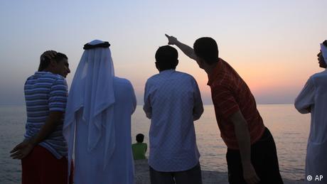 Muslimische Männer suchen den Himmel ab nach dem aufgehenden Mond in Bahrain - Foto: ddp images/AP Photo/Hasan Jamali