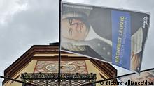 Fahnen am Turm des Alten Rathauses in Leipzig werben am Freitag (10.06.2011) für das Bachfest. Unter dem Motto ...nach italienischem Gusto wird das Festival am Abend eröffnet. Bis zum 19. Juni locken zahlreiche hochkarätige Veranstaltungen, darunter die erstmalige Wiederaufführung der lange verschollen geglaubten Oper Zanaida von Johann Christian Bach. Foto: Hendrik Schmidt dpa/lsn