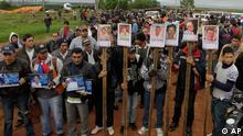 Farmers protest holding pictures of people who died on June 15 during clashes with police as they were evicted from a reserve, on the outskirts of Curuguaty, Paraguay, Thursday, June 21, 2012. The lower house of Paraguay's congress has voted to begin impeachment proceedings against Paraguay's President Fernando Lugo for his role in the violent eviction, after Lugo was heavily criticized over the land eviction last week that killed 17 people in gunbattles between police and landless farmers in a forest reserve. (Foto:Jorge Saenz/AP/dapd)