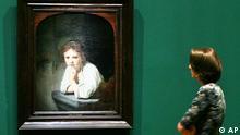Eine Frau betrachtet am Donnerstag, 3. August 2006, in der Gemaeldegalerie in Berlin waehrend der Vorbesichtigung einer Rembrandt-Ausstellung das Gemaelde Maedchen am Fenster von 1645. 227 Werke des Kuenstlers werden anlaesslich des 400. Geburtstags des niederlaendischen Malers vom 4. August bis 5. November in der Berliner Ausstellung gezeigt. (ddp images/AP Photo/Markus Schreiber) ---A woman looks at the painting Girl in the window dating from 1645 by Dutch artist Rembrandt during a preview for an exhibition at the Gemaeldegalerie in Berlin on Thursday, Aug. 3, 2006. 227 art works of the artist are shown in the exhibition from Aug. 4 till Nov. 5, 2006 on occasion of the 400th birthday of Rembrandt. (ddp images/AP Photo/Markus Schreiber)