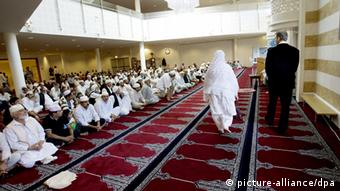 An interior of the Central Jamaat-e-Ahl-e Sunnat Mosque at street Urtegaten 11 in Oslo, Norway (c) dpa