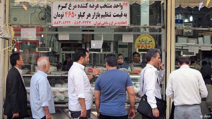 Titel: Menschen stehen Schlange in Tehran um von der Regierung angebotene Hähnchen billiger zu kaufen, am 21. Juli 2012 Quelle: IRNA