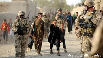 German soldiers patrol with Afghan soldiers in Kunduz Photo: Maurizio Gambarini dpa