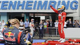 Winner Ferrari driver Fernando Alonso of Spain, right, celebrates on his car besides the second placed Red Bull driver Sebastian Vettel of Germany, left, after winning the German Formula One Grand Prix in Hockenheim, Germany, Sunday, July 22, 2012. (Foto:Jens Meyer/AP/dapd)