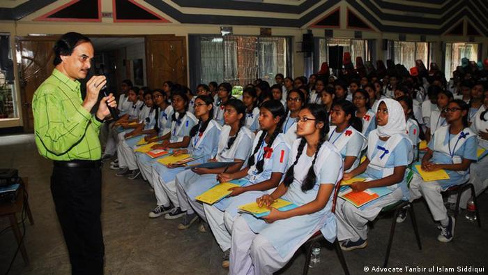 Change Makers Studentinnen mit Grundgesetz