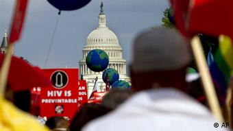 People hold signs and balloons as they participate in the AIDS March in Washington, Sunday, July 22, 2012. (Foto:Jacquelyn Martin/AP) // Eingestellt von wa