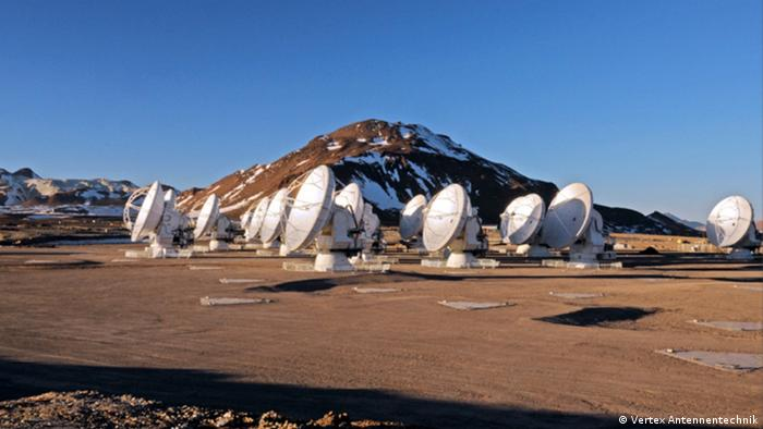 The image shows the radio telescope in the desert
