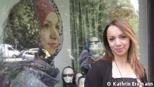 Model Asli steht vor dem Schaufenster, im Alltag trägt sie kein Kopftuch, aber für die Plakatkampagne hat sie ihre Haare unter einem Stück Tuch versteckt. Copyright: Kathrin Erdmann 21.07.2012, Hamburg, Veddel