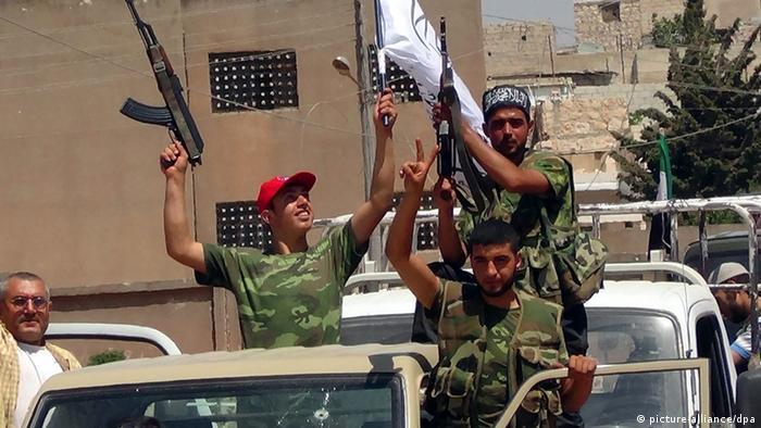 Syrische Rebellen in der Nähe von Aleppo (picture-alliance/dpa)