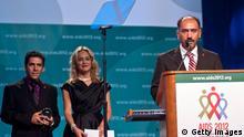 آرش علایی به هنگام دریافت جایزه الیزابت تایلور برای مبارزه با ایدز