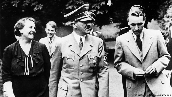 Winifred Wagner, Adolf Hitler and Wieland Wagner at the opening of the Bayreuth Festival 1938. In the background: Wolfgang Wagner (picture-alliance/akg-images)