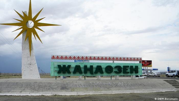 Kasachstan Ortsschild von Schanaozen, (Foto: Marcus Bensmann, DW)