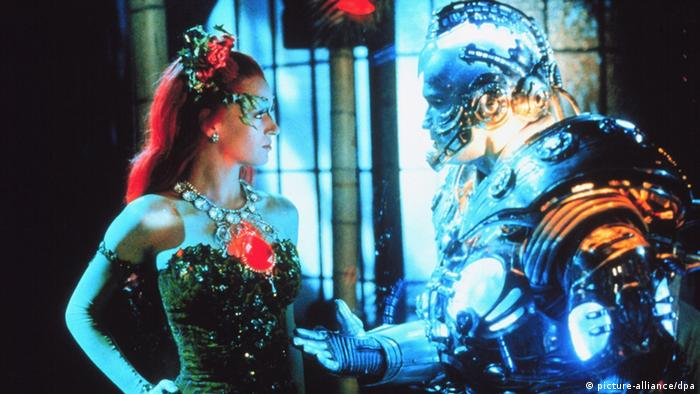 Mr. Freeze (Arnold Schwarzenegger) spricht mit Poison Ivy (Uma Thurman) im Film Batman and Robin von 1997. (picture-alliance/dpa)