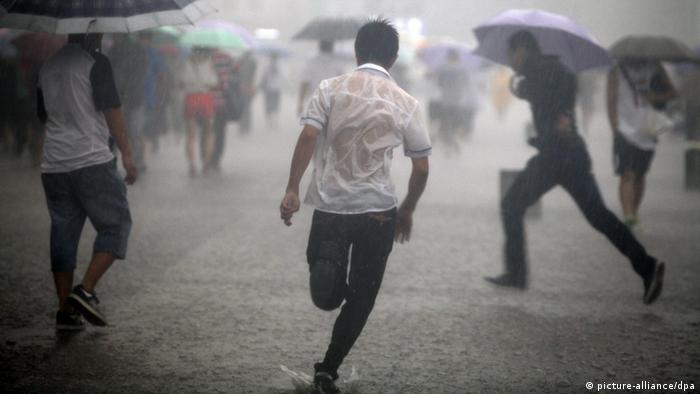©ChinaFotoPress/MAXPPP - BEIJING, CHINA - JULY 21: (CHINA OUT) People run outside the Beijing railway station during a heavy rainfall on July 21, 2012 in Beijing, China. The heaviest rain in 61 years pounded the capital city on Saturday, leaving at least 37 people dead. (Photo by ChinaFotoPress) ***_***430181411 pixel
