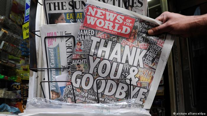A newspaper seller arranges the last ever issue of News of The World newspaper in London, Britain, 10 July 2011. News of the World published its final edition on Sunday, 10 July. . EPA/FACUNDO ARRIZABALAGA +++(c) dpa - Bildfunk+++ pixel