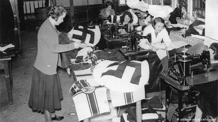 Žene šivaju nacističke zastave